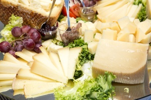 Antipasto di formaggio stagionato a fette e cubetti